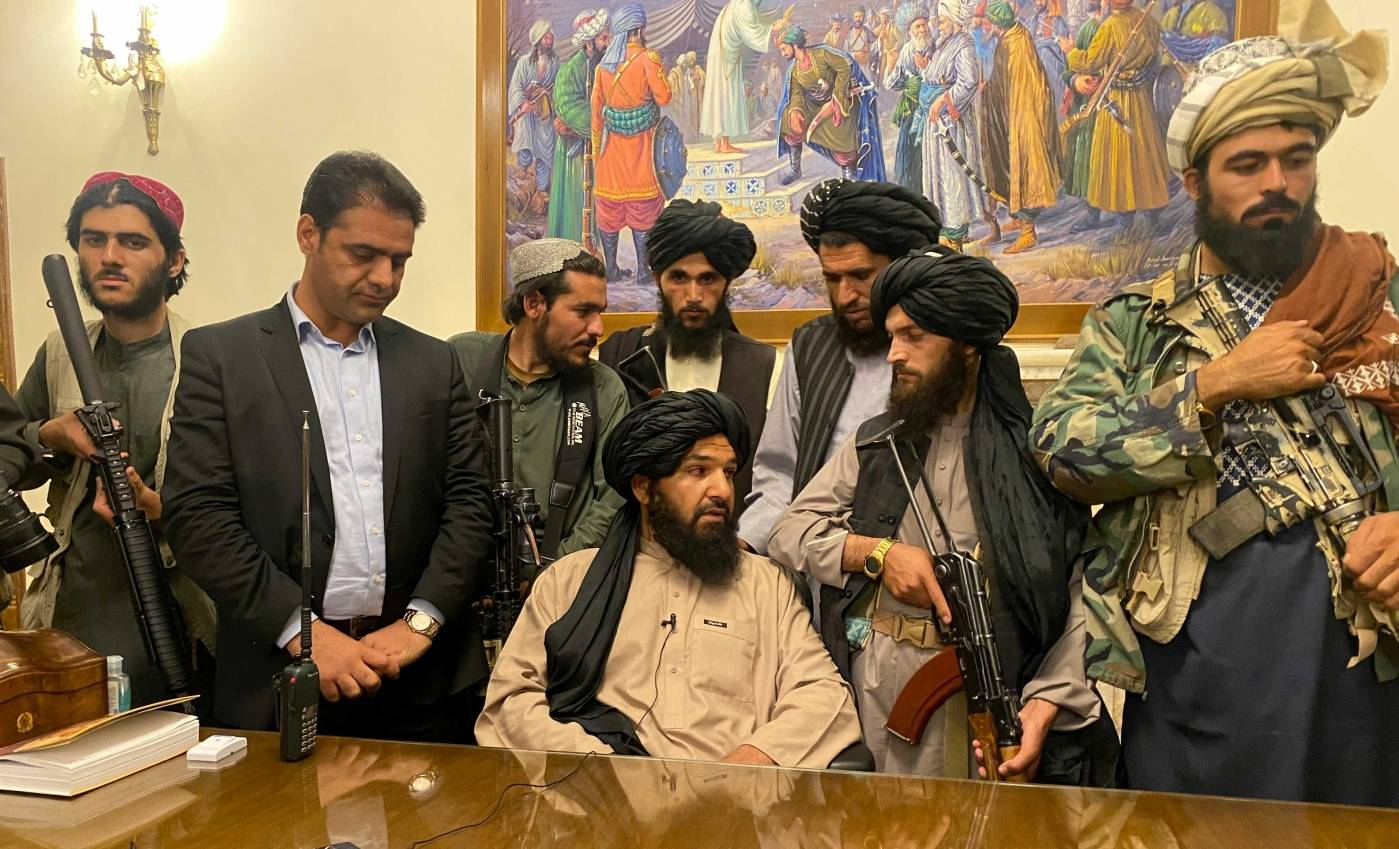 Taliban-krigere tok kontroll over det afghanske presidentpalasset i Kabul 15. august2021. Foto: NTB/AP Photo/Zabi Karimi.