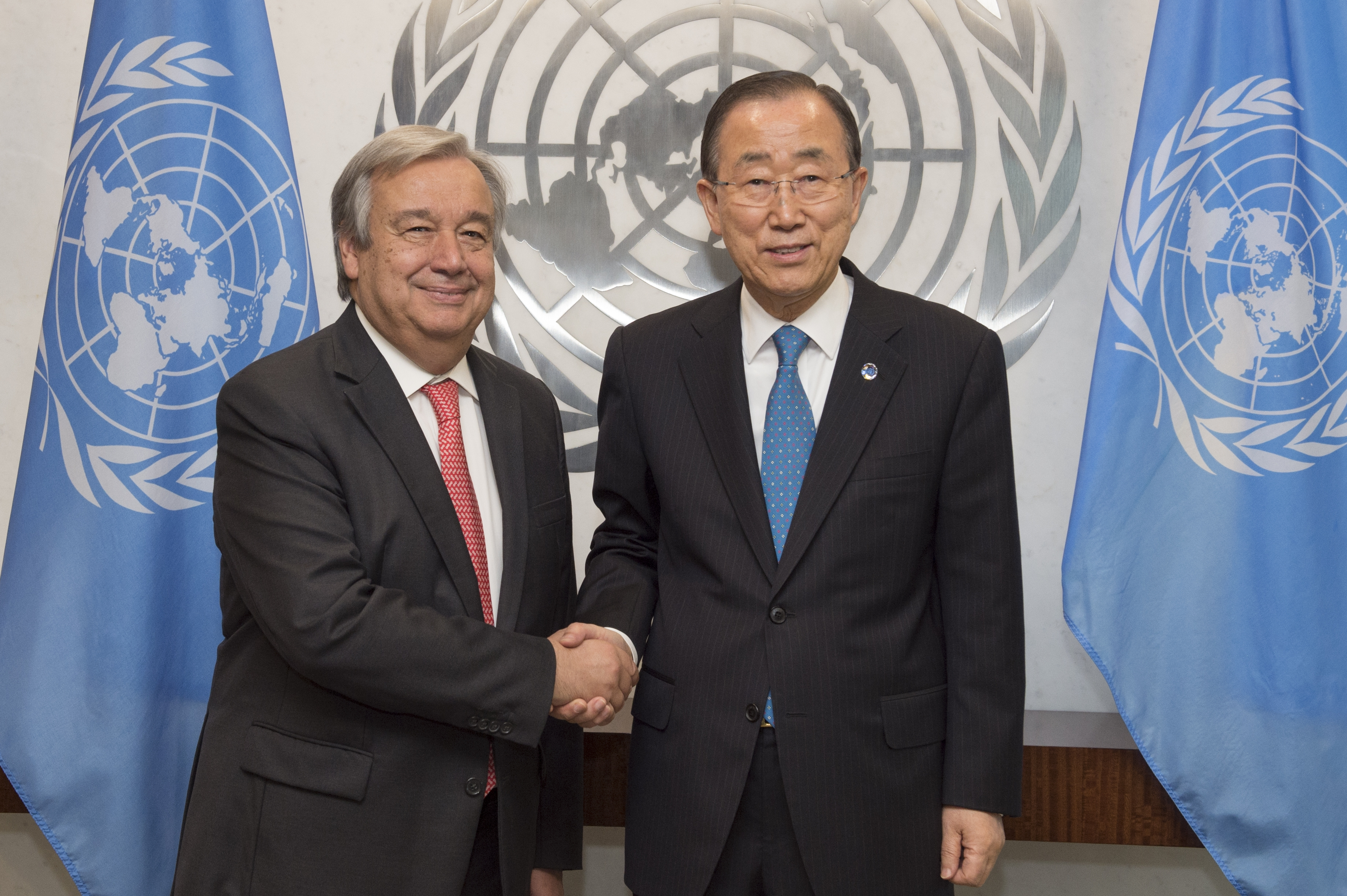 FNs generalsekretær António Guterres har forsøkt åreformere FN helt siden han ble innsatt som generalsekretær i januar 2017. Bildet viser Guterres (t.v.) sammen med den forrige generalsekretæren i FN, Ban Ki-moon. Foto: UN Photo/Eskinder Debebe