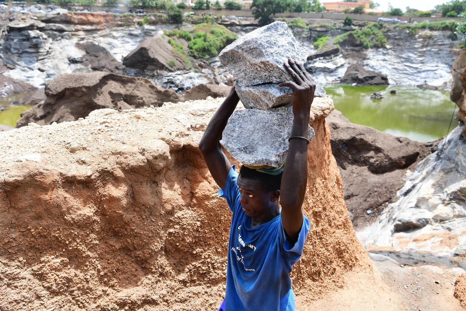 Et barn jobber som gruvearbeider utenfor hovedstaden Ouagadogou i Burkina Faso. Barnearbeiderne er mellom fem og 17 år gamle. ©UNICEF/Frank Dejongh
