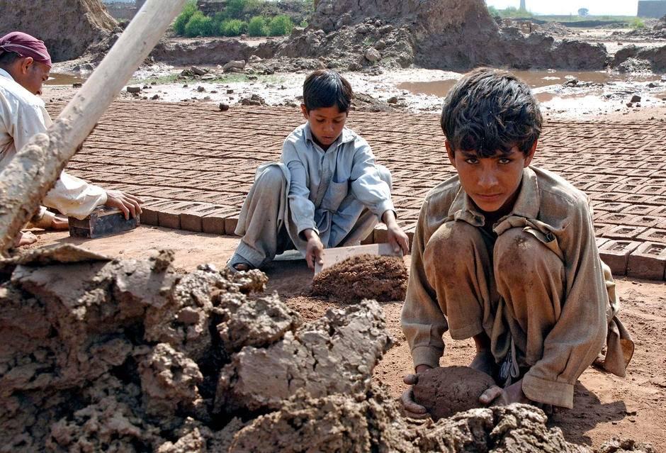 Mange familier med små barn jobber og bor ved disse mursteinsfabrikkene i utkanten av Islamabad - ofte under forhold med tvangsarbeid. Foto: ILO / M. Crozet
