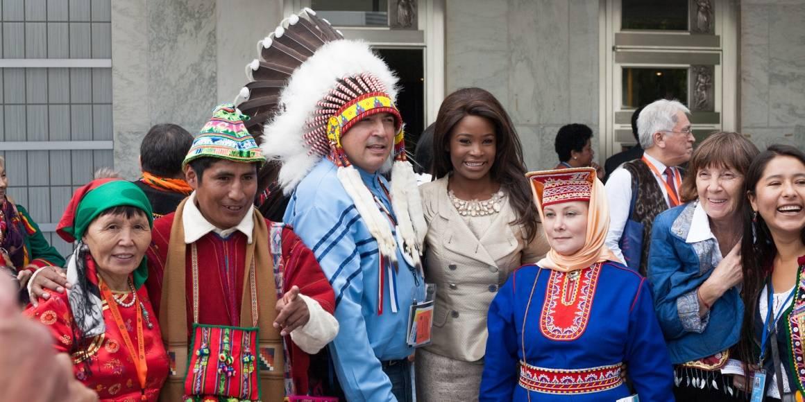Deltakere fra ulike urfolksgrupper, med sine nasjonaldrakter, på verdenskonferansen for urfolk i New York.