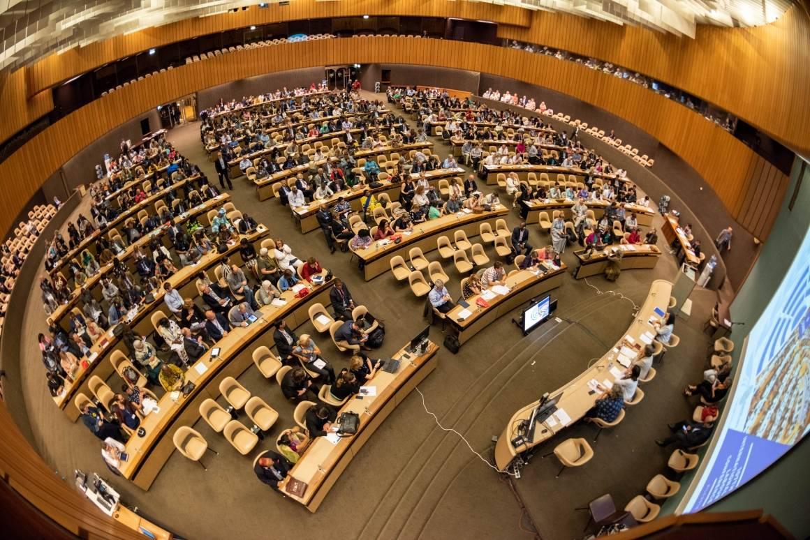 Den internasjonale arbeidskonferansen da man fortsatt kunne møtes fysisk. Bildet er fra Genève i 2018. Foto: ILO/ Crozet / Pouteau