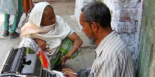 Analfabet oppsøker en brevskriver i Kolkata, India. Foto: Wikimedia / Rita Banerji / CC-BY-2.0