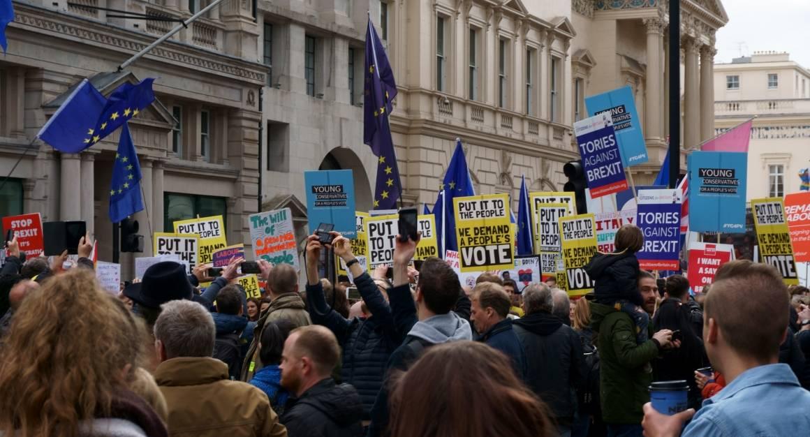 Demonstrasjon mot at Storbritannia forlater EU. Foto: Sandro Cenni/Unsplash (2019).