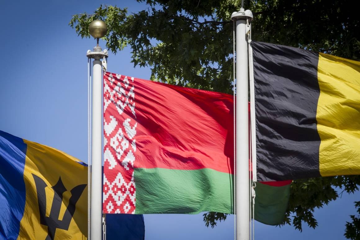 Det hviterussiske flagget utenfor FNs hovedkvarter i New York. Foto: UN Photo/Loey Felipe