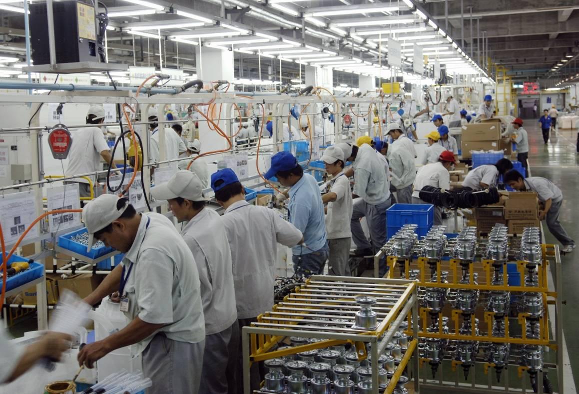 Hvordan blir fremtidens arbeidsliv seende ut? Her fra et samlebånd i en fabrikk i Hangzhou, Kina. Foto: ILO ved Crozet M. Date