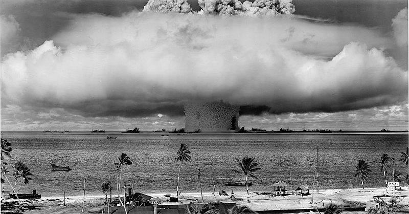 Undervannseksplosjonen Baker, 25. juli 1946. Utført av USA på Bikini-atollen i Stillehavet. Foto: Wikimedia / US Department of Defence.