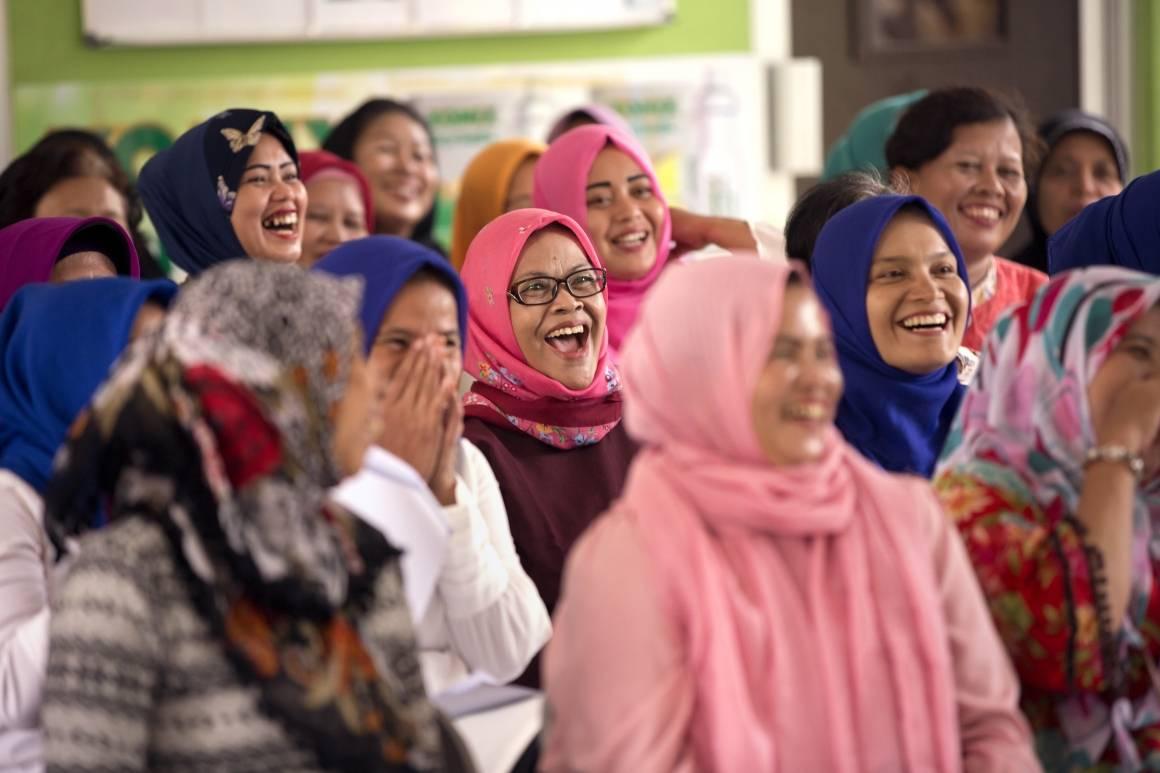 Kvinner i Jakarta, Indonesia, møtes for å diskutere hvordan byen deres kan bli tryggere. Foto: UN Women/Ryan Brown