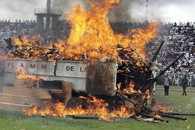 """""""Flame of Peace"""": en seremoni for å markere begynnelsen av landets nedrustning og forsoningsprosess i Bouake, Elfenbenskysten i 2007.Bildet viser brenning av våpen. Foto: UN Photo/Basile Zoma. Les mer på http://www.globalis.no/Konflikter/Afrika/Elfenbenskysten"""