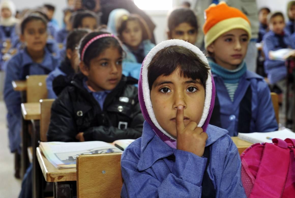 Disse syriske barna går på skole i flyktningleiren Zaatari i Jordan. Foto: UN Photo / Mark Garten