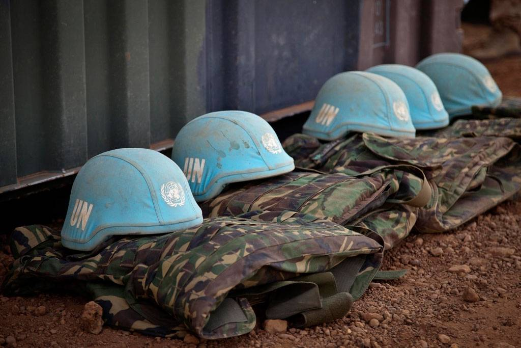 De blå hjelmene er kjennetegnet til FNs fredsbevarende styrker. Foto: UN Photo/Marco Dormino
