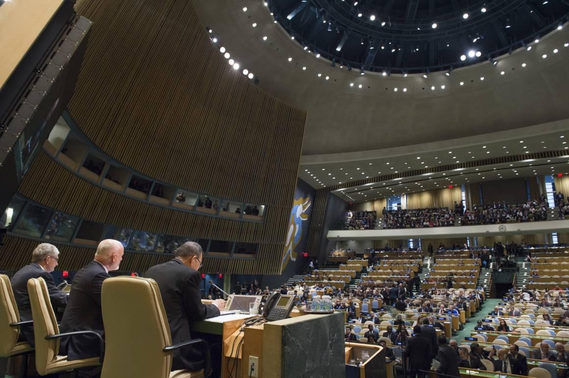 Mogens Lykketoft, Peter Thomson og Ban Ki-moon på podiet i Generalforsamlingssalen i New York.
