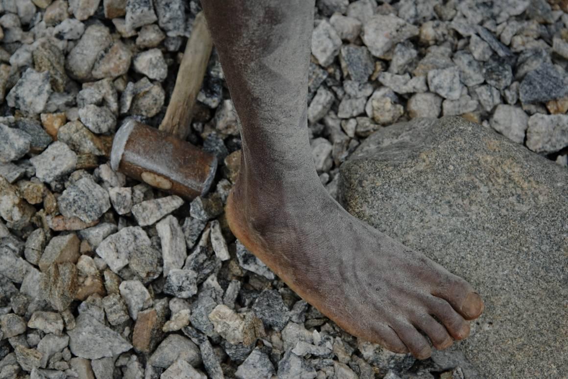 En ung arbeider i et steinbrudd i Malawi jobber uten sko og beskyttelsesutstyr. 9. april la regjeringen fram et lovforslag som pålegger store selskaper å undersøke hvordan virksomheten deres kan virke negativt inn på menneskerettigheter og anstendig arbeidsliv. Foto: ILO/ Crozet M.