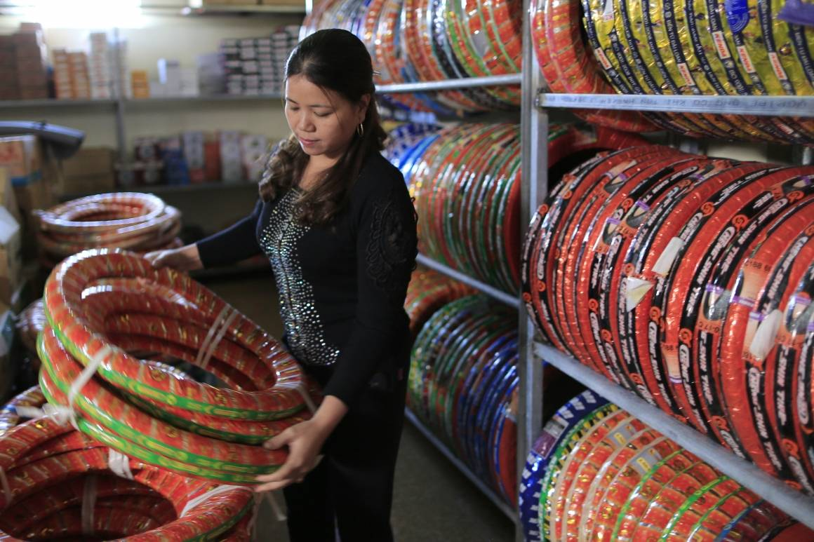Le Thi Tuyet fra Vietnam startet butikk i hjembyen med penger hun hadde tjent som migrantarbeider i Sør-Korea. Foto: ILO/Nguyen Viet Thanh