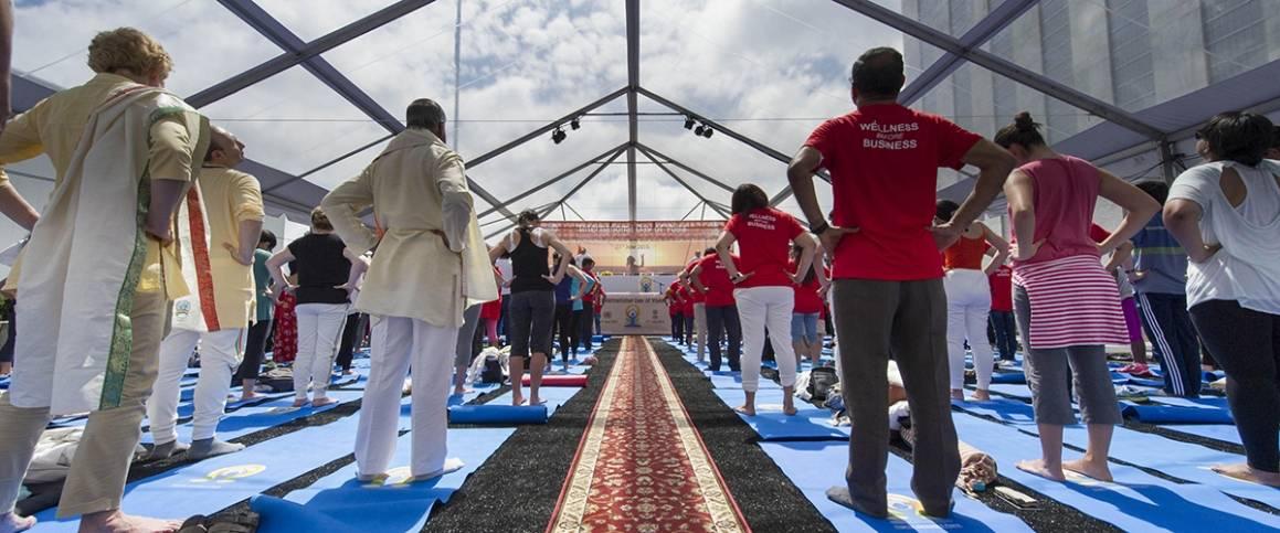 Deltagere i en yogatime i anledning markering av yogadagen ved FNs hovedkvarter i New York. Foto: UN Photo/Mark Garten.