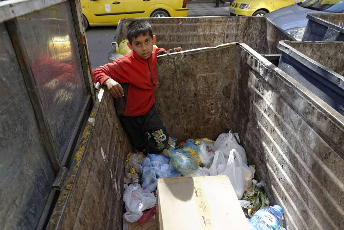 En gutt ser etter resirkulerbart søppel han kan selge i Albania. Foto: ILO/CrozetM.
