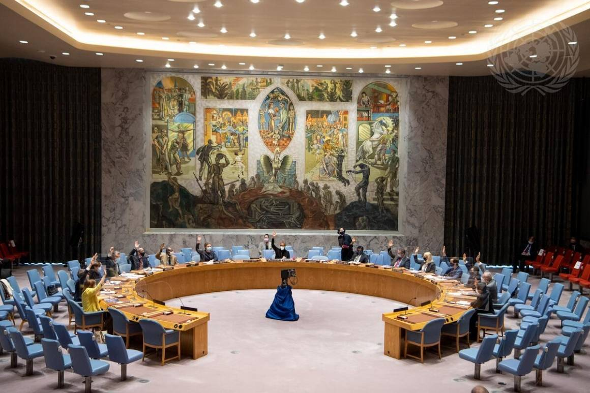 God avstand og pleksiglass er satt opp når Sikkerhetsrådet har noen av sine møter inne i selve salen. Foto: UN Photo / Eskinder Debebe