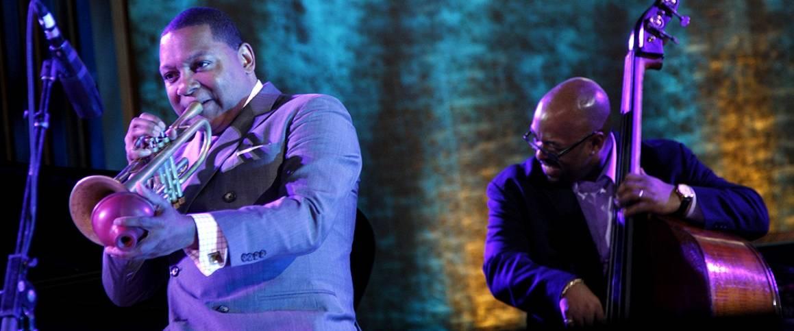 Jazztrompetist og komponist, Wynton Marsalis (venstre), og jazzbassisten, Christian McBride, ved en konsert på den internasjonale jazzdagen i FNs hovedkvarter i New York. UN Photo/Devra Berkowitz