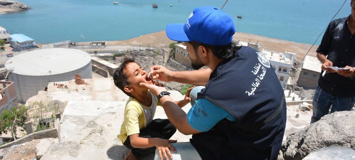 Dette bildet er fra mai 2018, i Aden, hvor en gutt vaksineres mot kolera. Nå er en ny vaksinasjonskampanje i gang i Jemen. Foto: UNICEF/Sadeq Al-Wesabi