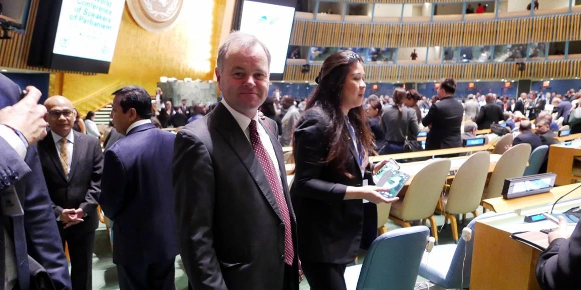 Olemic Thommessen i generalforsamlingssalen i New York, på vei til å holde sin tale til toppmøtet for verdens parlamentspresidenter. Foto: Jorunn Nilsen / Stortinget.