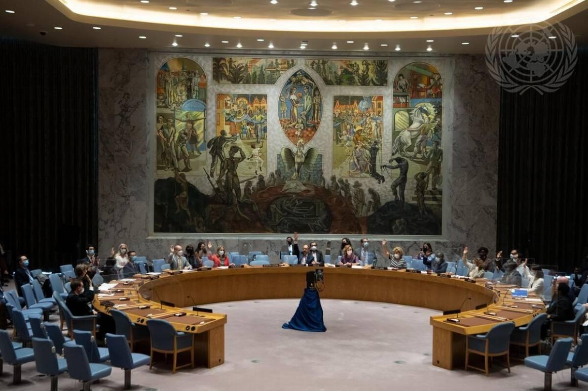 Sikkerhetsrådet stemmer over resolusjon 2593 (2021) om Afghanistan. Den ble vedtatt med 13 stemmer, Kina og Russland unnlot å stemme. Foto: UN Photo/Eskinder Debebe