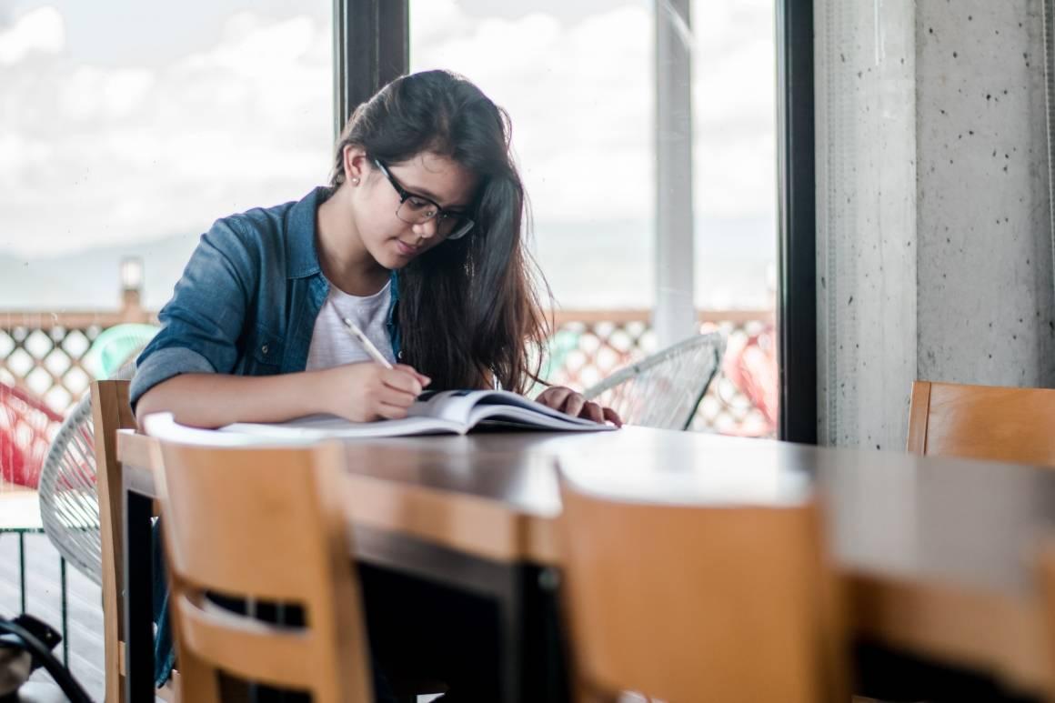 De siste årene har utdanningsnivået økt globalt. Foto: Unsplash/ Kyle Gregory Devaras