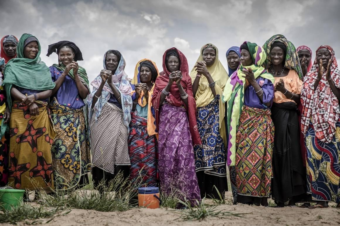 Disse kvinnene i Niger dyrker durra, en viktig matplante på det afrikanske kontinentet.Foto: FAO/IFAD/WFP/Luis Tato.