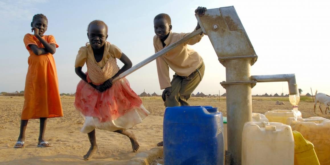 Sudanesiske barn henter vann. UN Photo/Fred Noy