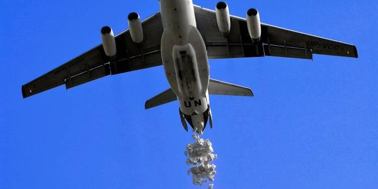 WFP flyr over områder rammet av konflikt i Sudan, og dropper sekker med mat. Foto: UN Photo / Fred Noy.