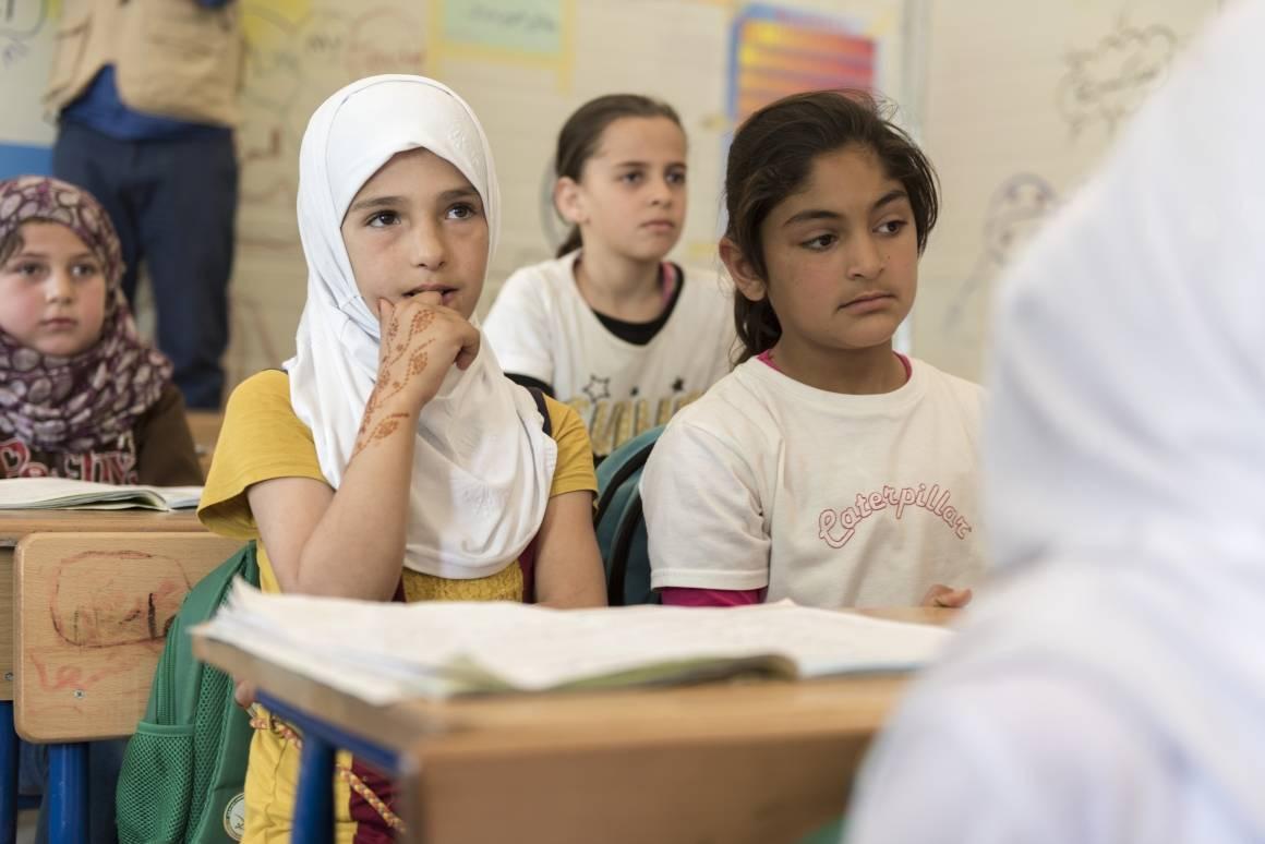 Syriske barn får undervisning flyktningeleir Zaatari i Jordan hvor 80 000 mennesker har søkt tilflukt. UNICEF har startet ni skoler i leiren som skal gi 28 000 barn i skolepliktig alder undervisning. Foto: FN/Mark Garten