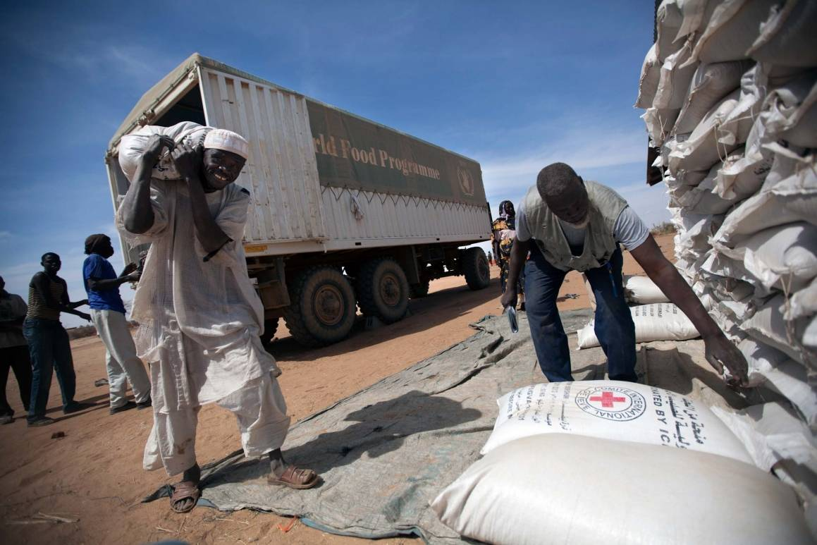 Matutdeling til internt fordrevne i Darfur, Sudan Foto: UNAMID/Albert Gonzalez Farran