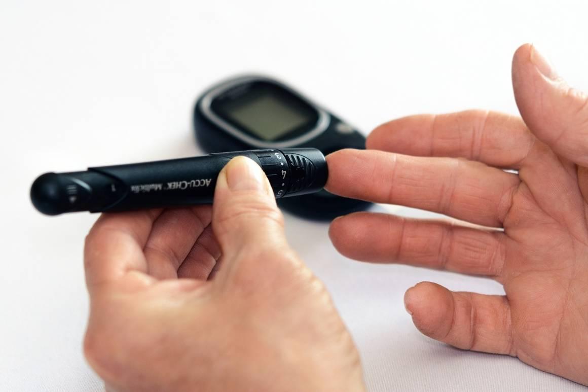 En av de daglige rutinene til personer med diabetes er å måle blodsukkeret. Foto: PhotoMIX-Company