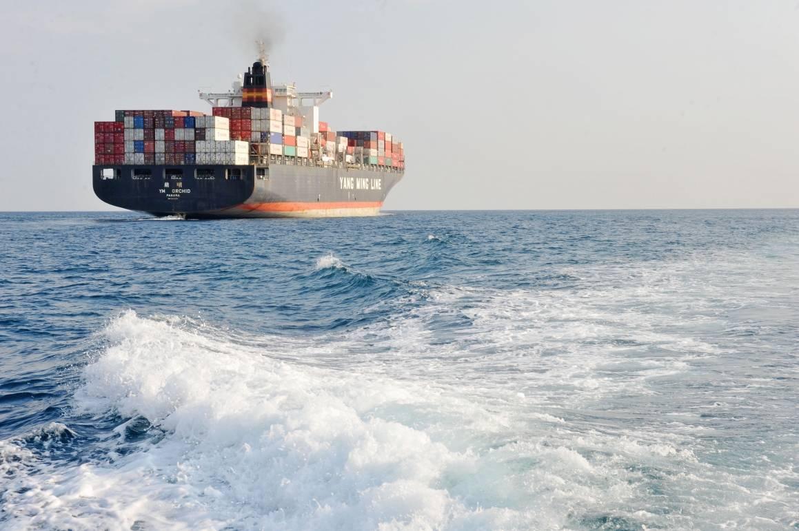 Illustrasjonsfoto: Et kinesisk skip på vei med containere fulle av varer. Foto: ILO/ Crozet M.
