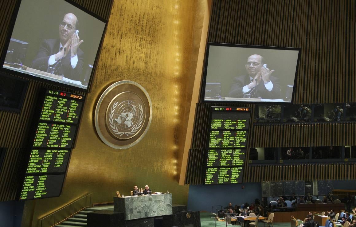Våpenhandelsavtalen ble vedtatt med overveldende flertall i FNs generalforsamling 2.april 2013. Foto: UN Photo/Devra Berkowitz