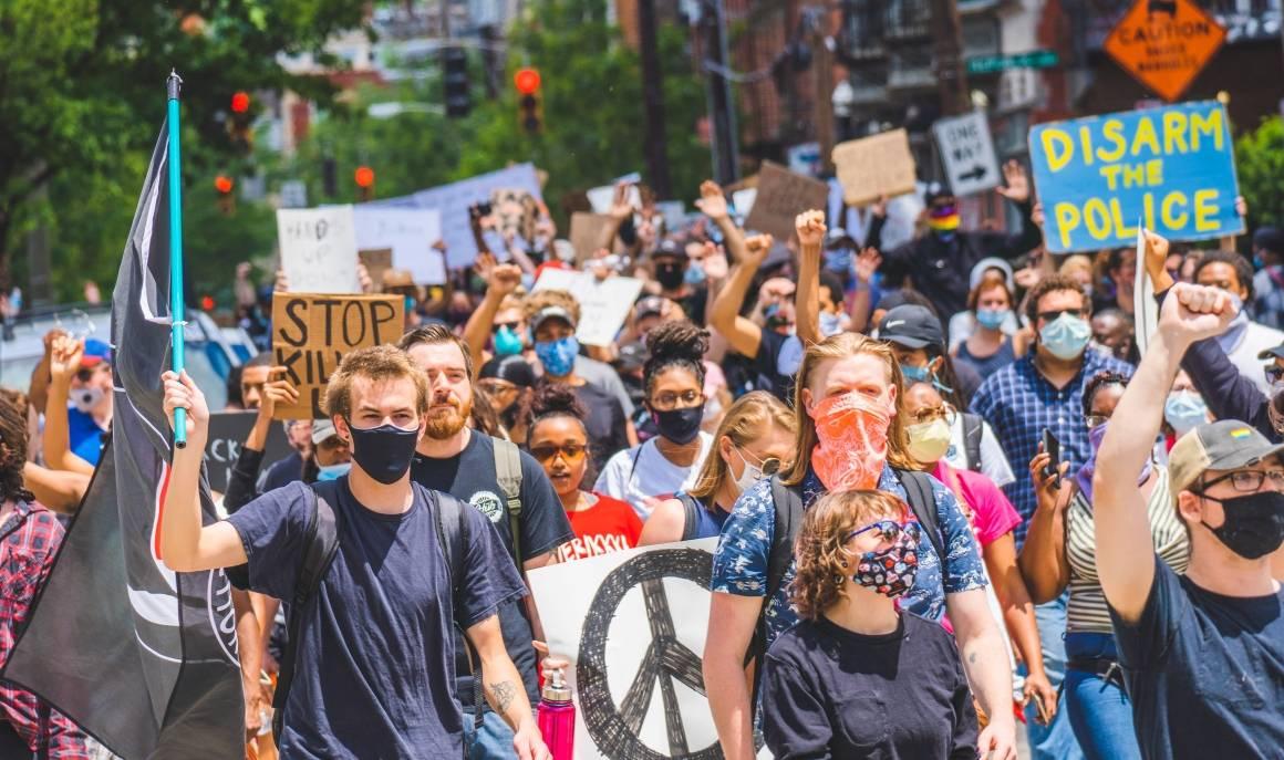 Demonstrasjonmot politivold i USA i 2020, som en del av Black Lives Matters-bevegelsen.Foto: Julian Wan/Unsplash.