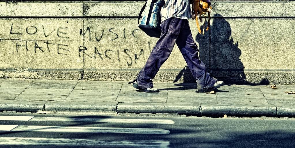 "Illustrasjonsfoto: På en vegg i Palermo står det: ""Love music, hate racism"". Foto: Flickr/Luka Savettlere CC BY-NC-ND 2.0"