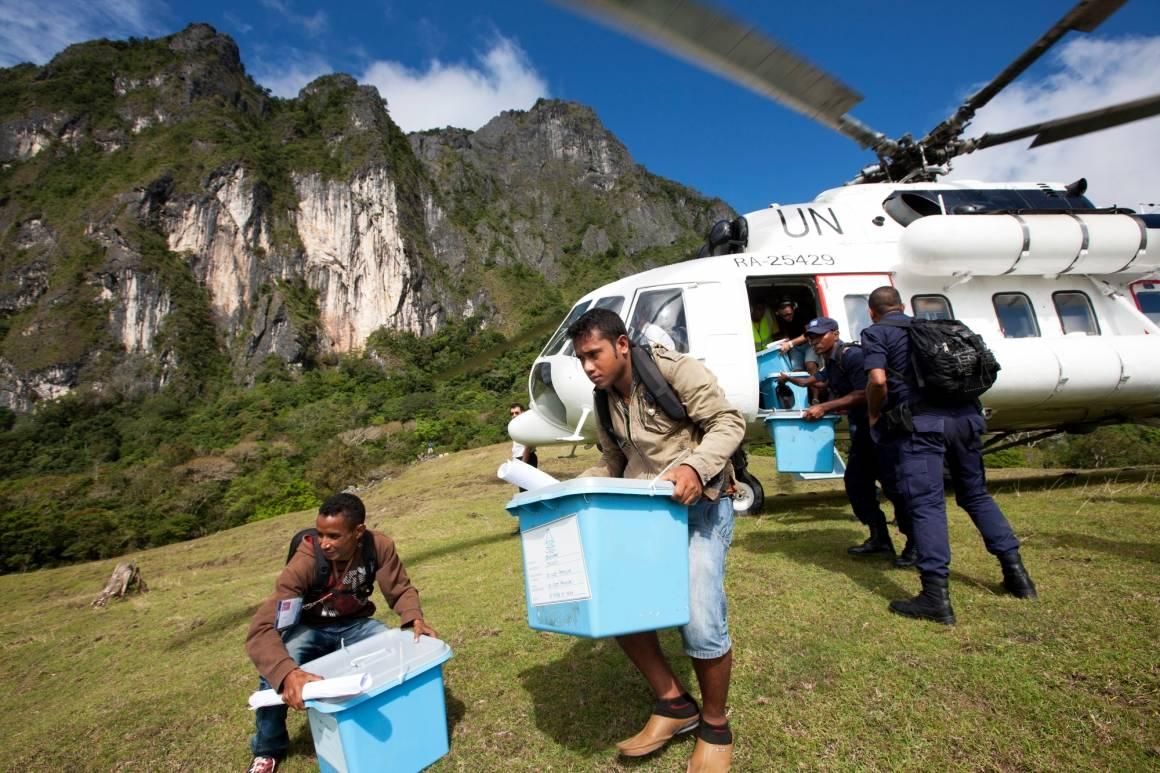 FN-personell bistår Øst-Timor med gjennomføringen av presidentvalg oghenter materiell til valgdageni 2012. Landet har ble først selvstendig i 2002 og har fått hjelp fraFN til å bygge opp et rettssystem og politiske institusjoner. Foto:UN Photo/MartinePerret