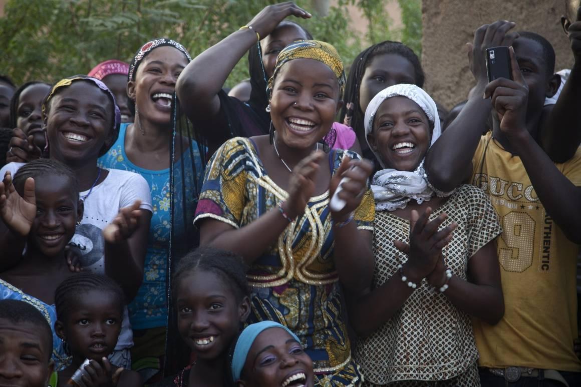En gruppe ungdommer fra Gao i Mali klapper til et teaterstykke om fred og forsoning. Teaterprosjektet ble støttet av FN-styrken i landet, MINUSMA, i 2014. Foto: UN Photo/Marco Dormino