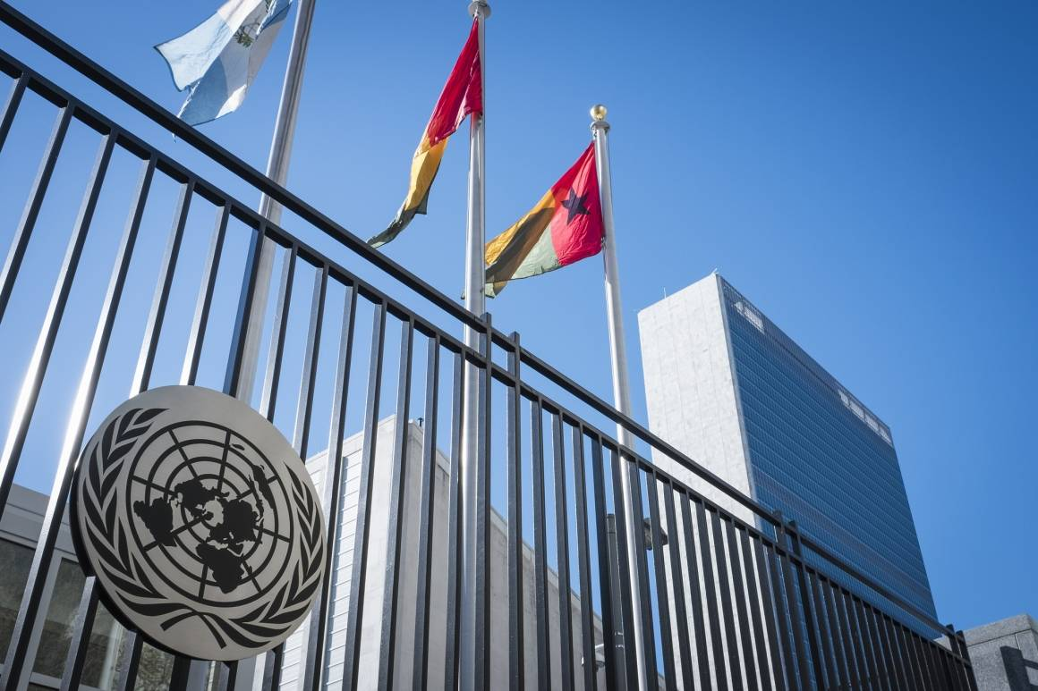 FN-bygningen med flaggrekken foran.