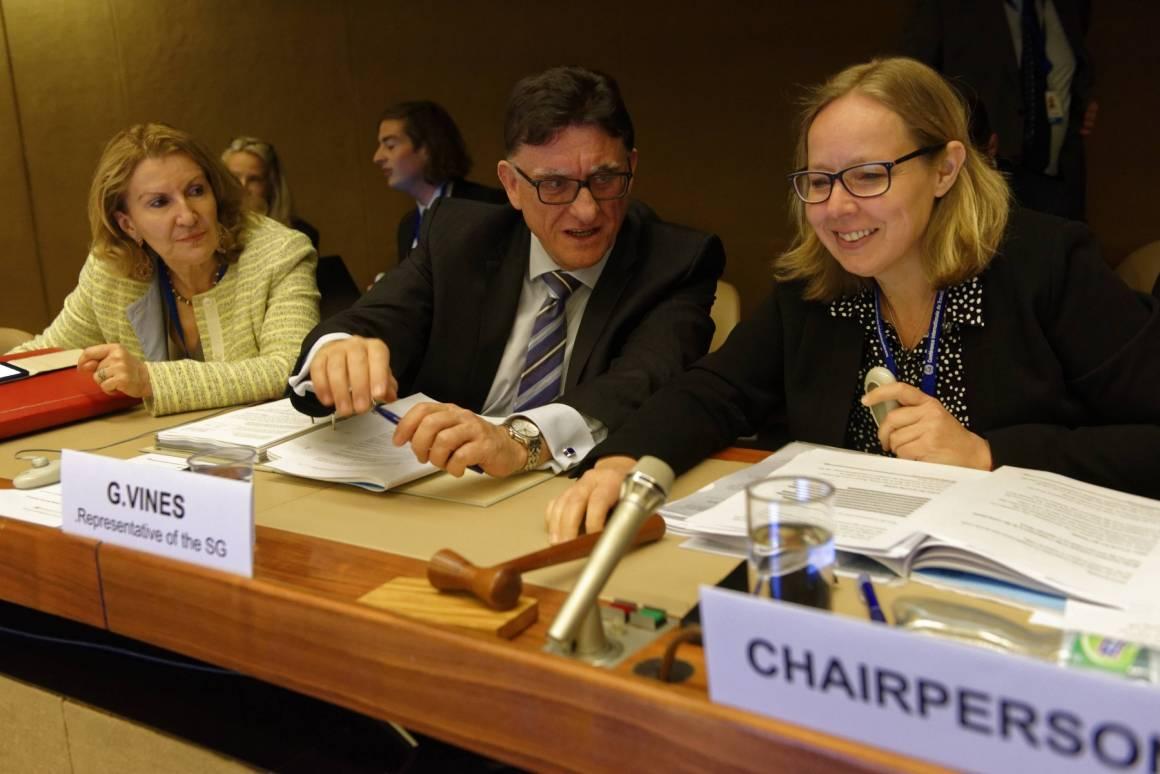 Lena Hasle (til høyre) fra Norge leder forhandlingene om arbeid for fred. Resultatet skal bli et verktøy for å bruke arbeid for å skape fred og forebygge konflikt. Foto: ILO / Crozet.