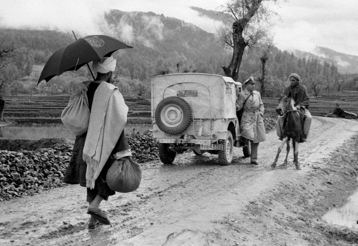 En FN-observatør stopper en lokal mann på hest og spør han om veien. Foto: UN photo (1955)