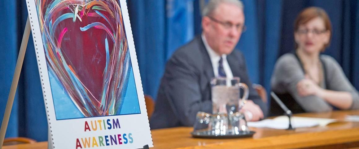 Pressekonferanse i FN ved lansering av frimerke for å rette søkelys på autisme. Foto: UN Photo/Mark Garten