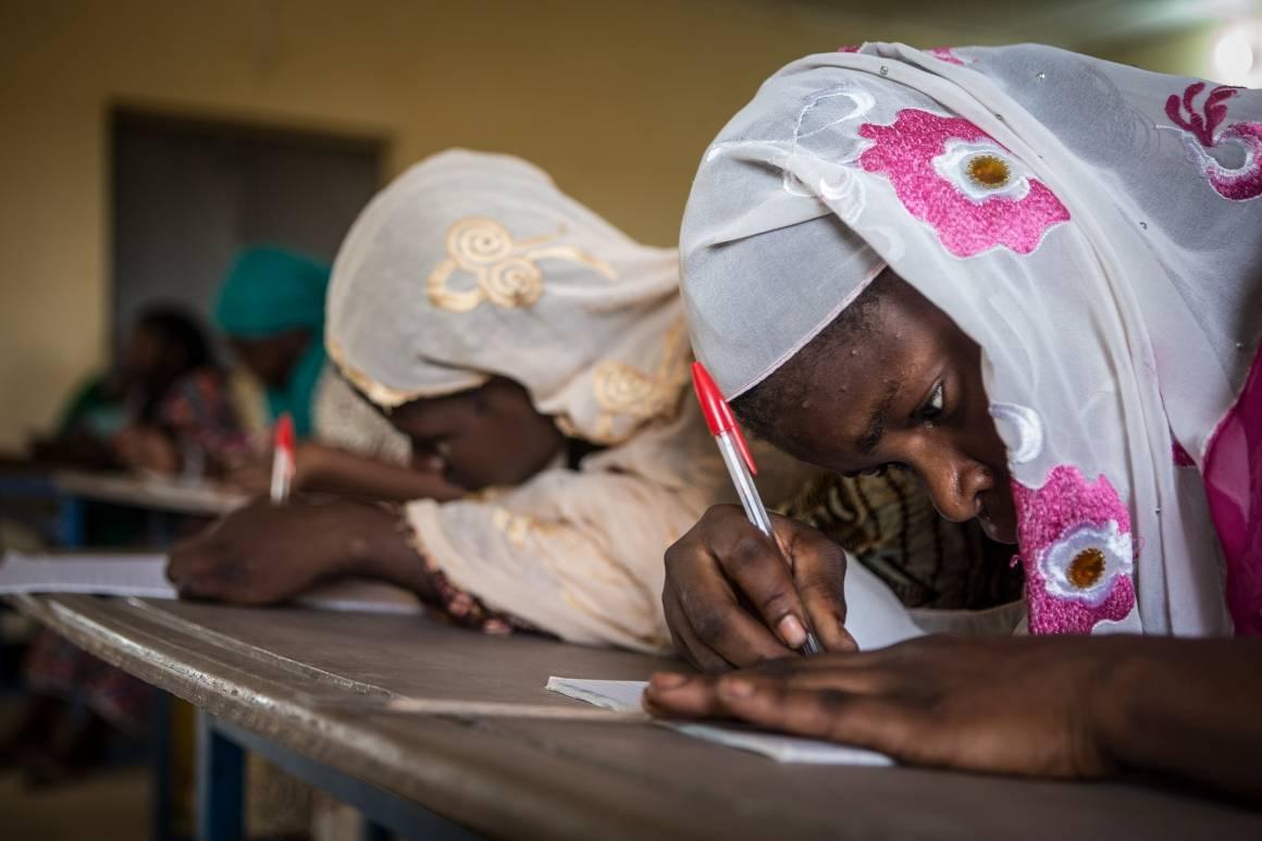 Voksne elever på skolebenken i et FNs prosjekt for lese- og skriveopplæring i Mali. Foto: UN Photo/Harandane Dicko