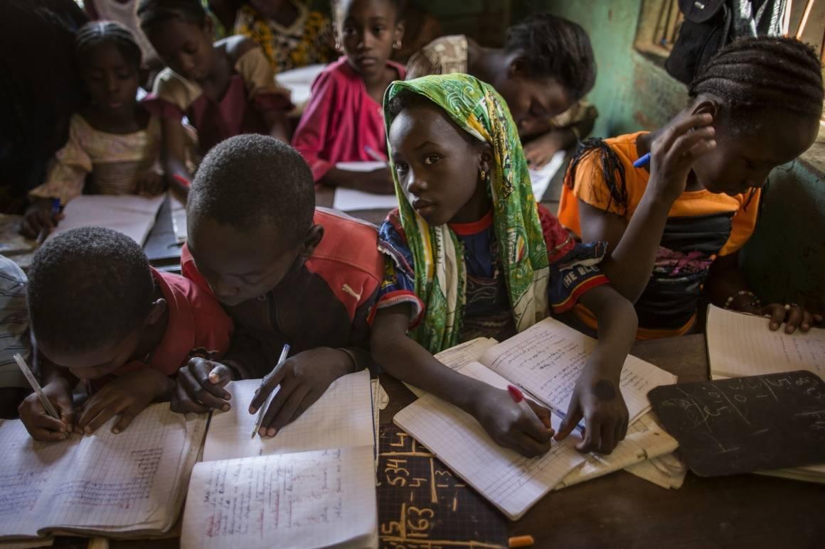 Utdanning er en av de viktigste tiltakene for å skape bærekraftig utvikling. Her ser vi barn på skolebenken i Gao, Mali (2014). Foto: UN Photo/Marco Dormino