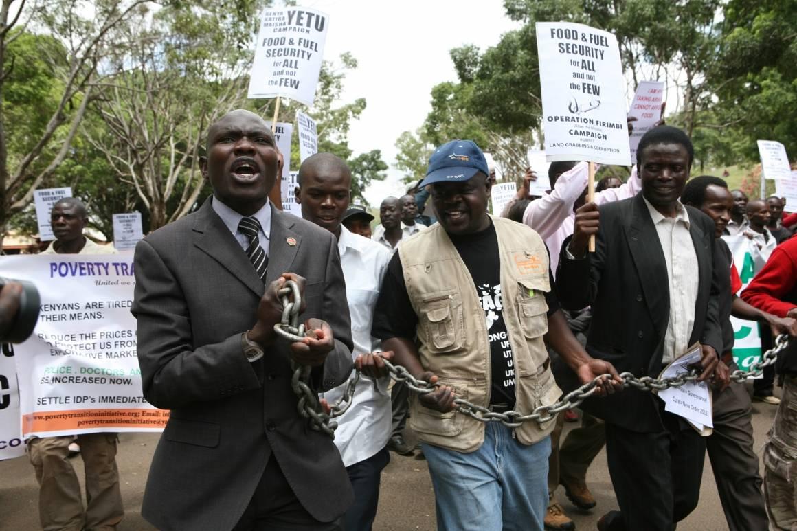 Kenyanere demonstrerer mot økte bensinpriser som følge av korrupsjon. Foto: IRIN/Zahra Moloo.