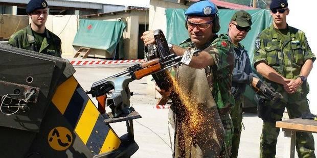 En soldat i KFOR-styrken ødelegger et ulovlig våpen i Kosovo. I 2007 ble det anslått at det var 300.000 ulovlige våpen i Kosovo. Foto: UN Photo