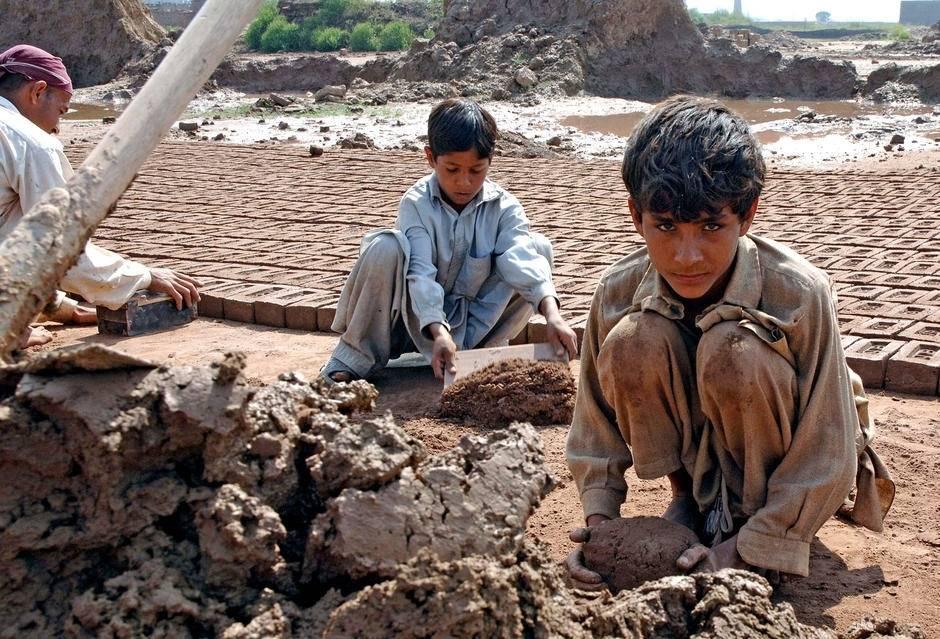 Mange familier med små barn jobber og bor ved disse mursteinsfabrikkene i utkanten av Islamabad - ofte under forhold med tvangsarbeid. Foto: ILO/M.Crozet