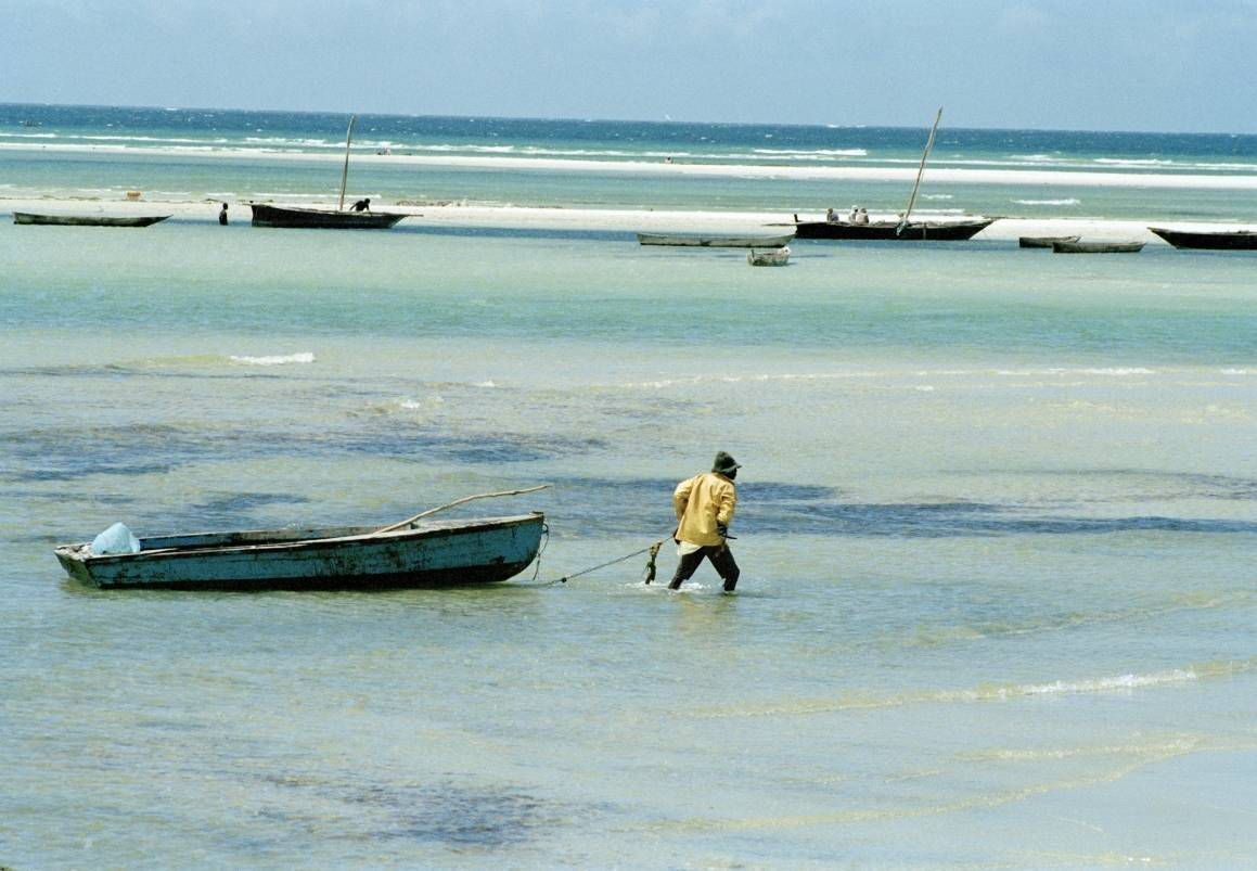 En fisker på vei ut med båten sin. Tanzania. Foto: UNphoto