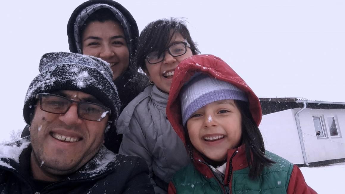 Fra dokumentarfilmen Midnight traveler, hele familien i snø