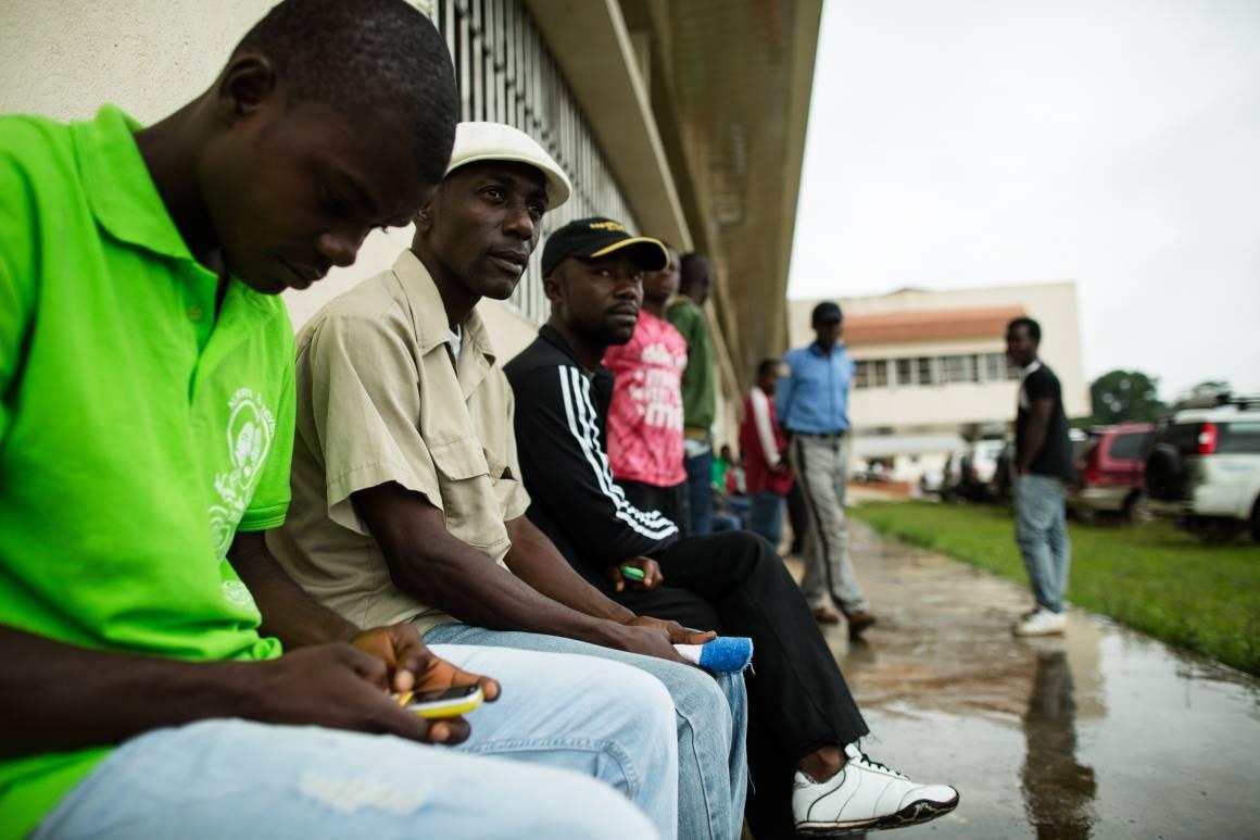 Bildet viser arbeidsløse bygningsarbeidere i Monrovia, Liberia. De mistet jobbene sine på grunn av nedleggelser forårsaket av Ebola-utbruddet. Foto: Morgana Wingard / UNDP
